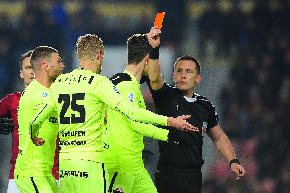 Fotbalové utkání HET ligy mezi celky AC Sparta Praha a FC Zbrojovka Brno 4. března v Praze. Lukáš Kryštůfek inkasuje červenou kartu.