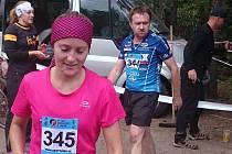 Jiří Macek (startovní číslo 344) a jeho dcera Barbora (startovní číslo 345) v cíli půlmaratonu v Českém ráji.