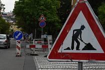 Značení lokalit s dopravním omezením v místech výkopů a stavebních prací.