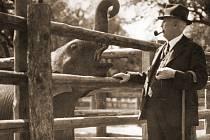 První ředitel Zoo Praha, prof. Jiří Janda se slonem Babym.