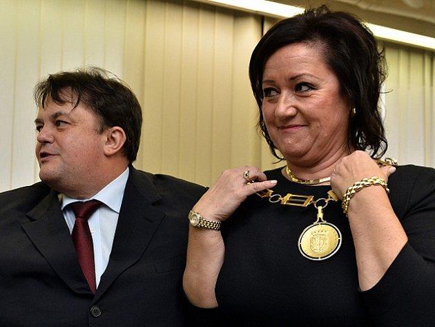 Starostkou Prahy 10 byla zvolena ve čtvrtek 27. listopadu 2014 Radmila Kleslová (ANO). Dosavadní starosta Bohumil Zoufalík (vlevo) jí na ustavujícím jednání zastupitelstva předal řetěz.