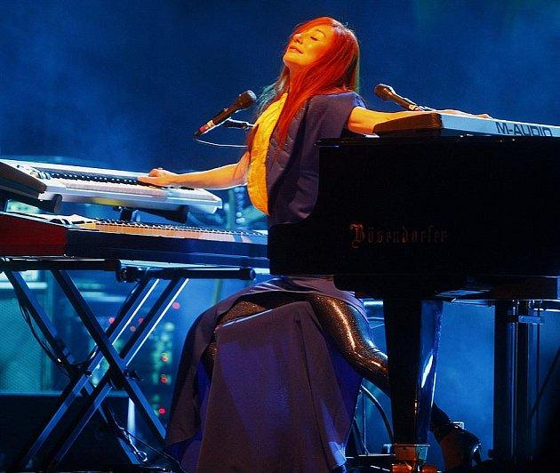 MEZI KLAVÍREM A HAMMONDKAMI. Tori Amos při čtvrtečním koncertu v Kongresovém centru.