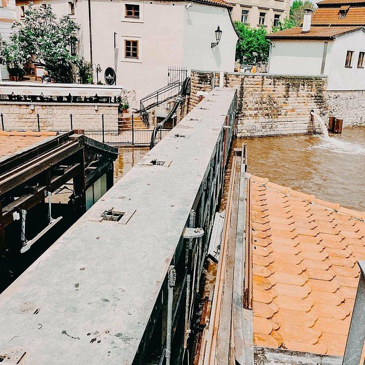 Uzavřená protipovodňová vrata na Čertovce.