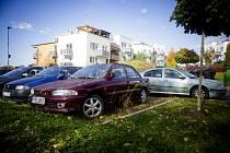 Nepojízdné auto stojí minimálně dva roky v ulici V Dolinách