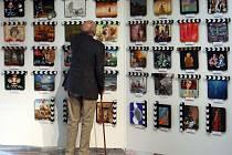 17. Minisalon Filmové klapky. V Divadle Hybernia je vystaveno 125 klapek a každá je od jinehé autora. Dražba se bude konat 3.6.2014 na Zlín Film Festivalu. Na snímku si klapky prohlíží režisér Václav Vorlíček.