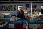 """Jiří Vyhnal, který provozuje stánek sovocem a zeleninou vtržnici v Holešovicích. """"EET strašně zdržuje, není to tak rychlé. Navíc když nemáte přístroj, který stojí okolo 50tisíc, tak to nelze propojit sváhou."""""""