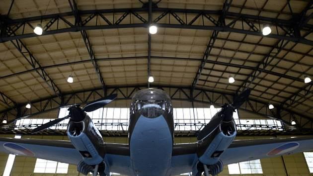 Letadlo Siebel C3A v jednom ze dvou zrekonstruovaných hangárů, které byly v úterý 12. dubna 2016 představeny novinářům v areálu Staré Aerovky v pražských Letňanech.