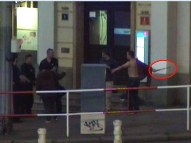 Muž z obuškem napadl policisty.