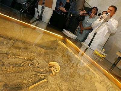 Odběr vzorků kostí předvedli novinářům 3. července 2007 genetici ve Starém královském paláci poblíž hrubu takzvaného bojovníka z 9. století.