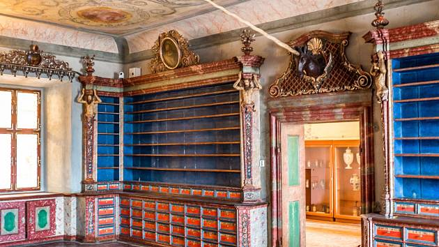 Hlava 'jednorožce' nade dveřmi barokní lékárny na rekonstruovaném Kuksu.