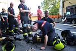 Požár skladu pneumatik v Praze 8.