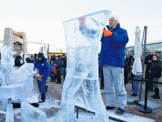 Ledová díla vznikala o víkendu na střeše vysočanské Galerie Harfa. Deset sochařů vysekalo z ledu postavičky ze známých večerníčků.