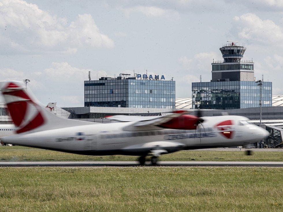 Ilustrace Letiště Václava Havla v Praze, 21. července. řídící věž, přistání