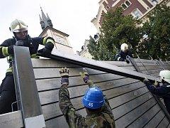 Povodeň v červnu roku 2013 nadělala největší škody na severním a jižním okraji Prahy a na vltavských přítocích Rokytka a Botič. V centru až na výjimky obstály mobilní zábrany.