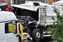 Vážná dopravní nehoda dvou těžkých nákladních vozidel zablokovala Štěrboholskou radiálu; příjezd do metropole směrem na Prahu 5 zůstal zcela neprůjezdný.