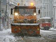Lavička pokrytá ledovkou v pondělí 1. prosince 2014 v Praze.