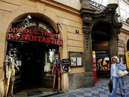 V roce 2006 dostal příspěvek od hlavního města i spolumajitel divadla Ta Fantastika Petr Kratochvíl. Nyní žaluje Českou republiku za nepřehledné rozdělování grantů u Evropského soudního dvora.
