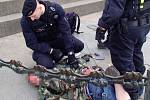 Necelá půlminuta stačila pražským strážníkům, aby zadrželi muže, který čmáral po soše sv. Václava.