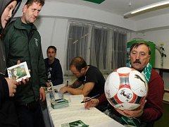 VÁNOCE S KLOKANEM. Při vánoční fotbalové akci v ďolíčku proběhla i autogramiáda současných hráčů i legendárního Antonína Panenky.