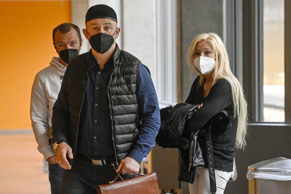Obžalovaní Jiří Skrutek (vlevo) a Iveta Brixová a obhájce Leonid Kušnarenko na chodbě Obvodního soudu pro Prahu 4, který začal 22. dubna 2021 projednávat případ údajného přeprodávání psů z množíren.