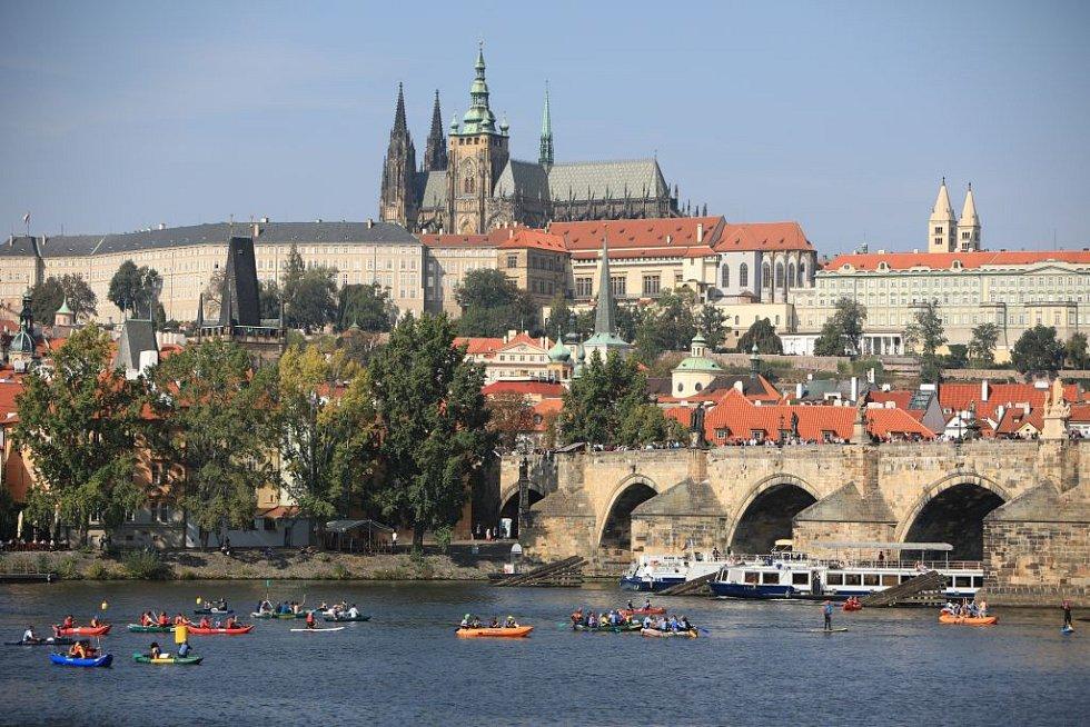 Napříč Prahou – přes tři jezy.