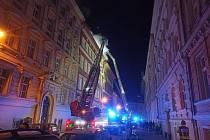 Požár střechy činžovního domu v Praze 5.