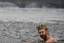 Otužilci zahájili 6. ledna obnovenou tradici tříkrálového plavání u Karlova mostu v Praze.