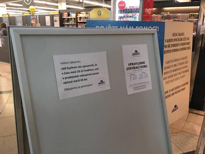 Kvůli koronaviru platí vládní nařízení, že mezi 10. a 12. hodinou mohou nakupovat jen senioři nad 65 let.