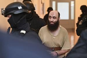 Bývalý pražský imám Samer Shehadeh přichází s policejním doprovodem do soudní síně pražského městského soudu.
