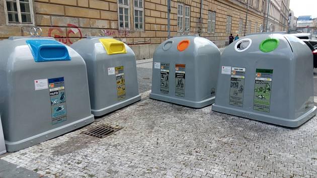 Kontejnery na tříděný odpad.