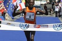 Vítěz maratonu Keňan Kenneth Mungara.