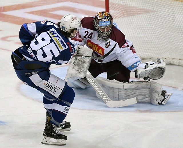 Čtvrtfinále play off hokejové extraligy - 2. zápas: HC Sparta Praha - HC Kometa Brno.Alexandre Mallet z Brna dává gól brankáři Sparty Tomáši Pöpperlemu.