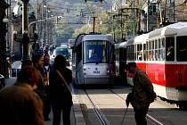 JEDEN Z VINÍKŮ. Tramvajové trati v metropoli trpí dluhodobým nedostatkem peněz na opravy. Teď je ještě ničí nové tramvaje.