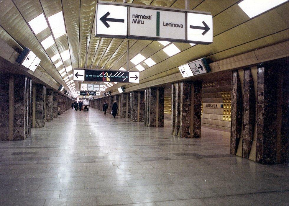 Dopravní podnik si v sobotu připomíná 39. výročí zprovoznění prvního úseku trasy A pražského metra, který první cestující přivítal 12. srpna 1978. Na archivních snímcích připomínka výstavby stanice Můstek.