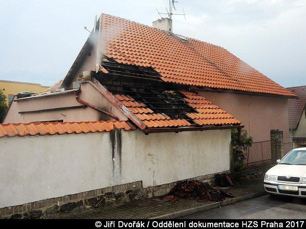 Požár skladu vrodinném domě.