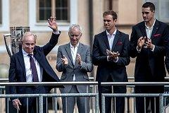 Slavnostní zahájení prvního ročníku tenisového Laver Cupu, které se konalo 20. září na Staroměstském náměstí v Praze. Rod Laver, John McEnroe