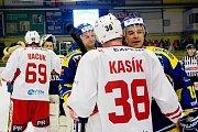 Hokejisté HC Zubr Přerov (v modrém) ve 4. čtvrtfinále play-off WSM ligy proti Slavii Praha. Foto: Deník/Jan Pořízek