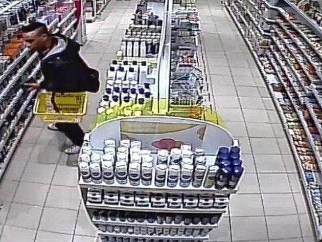 Muž podezřelý z opakovaných krádeží holicích hlav v prodejně drogerie v obchodním centru na Proseku.