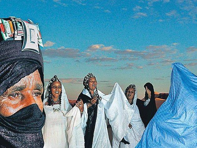 POUŠTNÍ NÁROD. Členy skupiny Tartit tvoří příslušníci kočovného saharského národa Tuaregů.