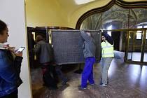Na snímku z 6. dubna 2017 dělníci odnášejí pamětní desku před zahájením rekonstrukce Staroměstské radnice.