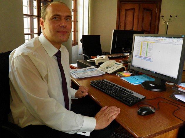 Upracovního stolu vsenátorské kanceláři se střídá Libor Michálek se svou asistentkou Zuzanou. Ta mu mimo jiné vymyslela speciální tabulku vprogramu Excel, do které si zapisuje všechny denní aktivity.