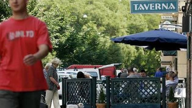 PŘEKÁŽKA PRO PĚŠÍ. Mnoha lidem vadí, že se musejí vyhýbat zahrádce před tavernou, která zabírá podstatnou část chodníku.