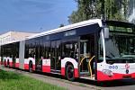 DELŠÍ AUTOBUSY. DPP loni testoval na lince na letiště velkokapacitní autobusy. Mercedes-Benz CapaCity L měří téměř 21 metrů.