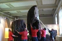Z Národního muzea se v úterý odstěhoval jeden z jeho největších obyvatel: čtyři metry vysoký a 400 kilogramů vážící mamut.