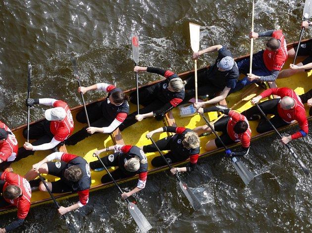 Závody dračích lodí nazvané Pražské dračí zívání 2012. S trasou v délce 6,66km proběhly 14. dubna na Vltavě v Praze.