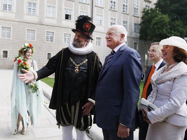 Po dvou a půl letech rekonstrukce se 20. června slavnostně za účasti prezidentského páru otevřely Jižní zahrady Pražského hradu.
