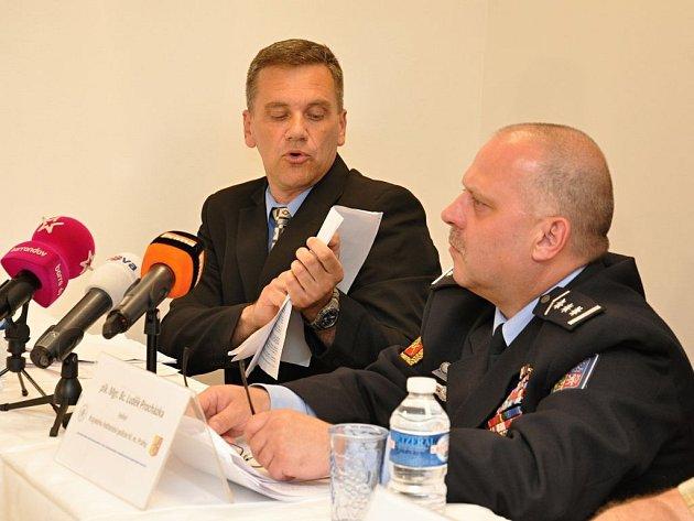 Výsledky vyšetřování vražedné střelby v Záběhlicích představila v pátek pražská policie. Zleva Jiří Poláček, Luděk Procházka