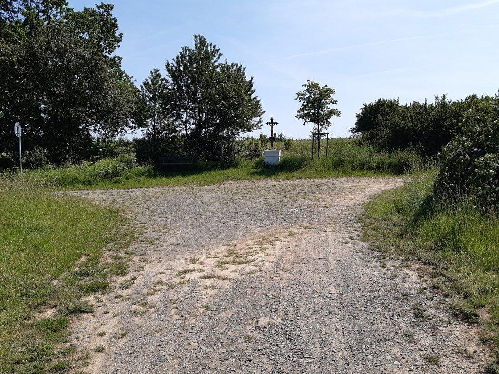 Plánovaná cyklostezka z Cholupic do Dolních Břežan na okraji Prahy se nelíbí místním obyvatelům. Asfalt podle nich zničí krajinu.