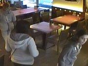 Policie pátrá po třech zlodějkách z pražské restaurace.
