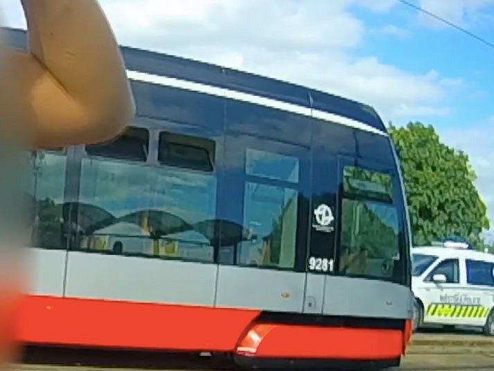 Muž na konečné tramvaje v Praze napadl řidiče pěstmi. Skončil v poutech.
